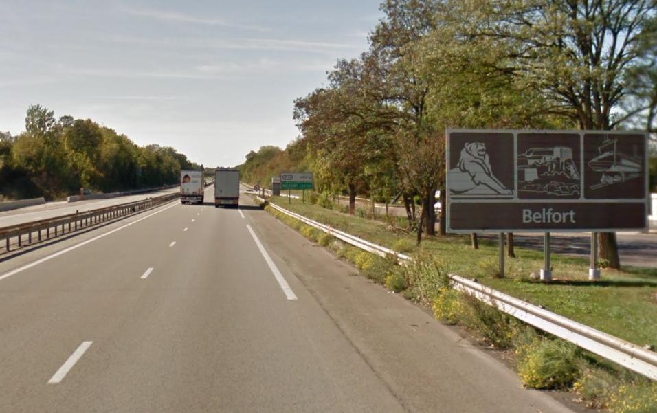 Des panneaux touristiques sur le bord de l'A36, dans le Territoire de Belfort.