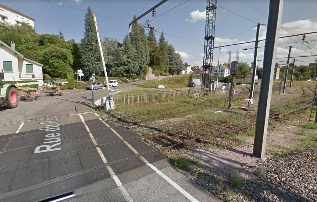 La rue du Parc, au niveau du passage à niveau 102, à Montbéliard.