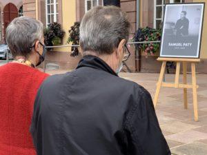 Après la cérémonie, des anonymes ont marqué un temps de recueillement devant le portrait de l'enseignant, installé sur le perron de l'hôtel de ville.
