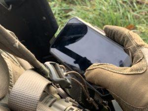 Le JTAC étudie sur un smartphone des cartes militaires numérisées.