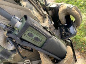 Matériel de cartographie et radio PRC pour communiquer avec les pilotes.