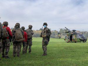 Le JTAC prépare la montée d'un stick de soldats dans un NH90 Caïman de l'armée de terre.