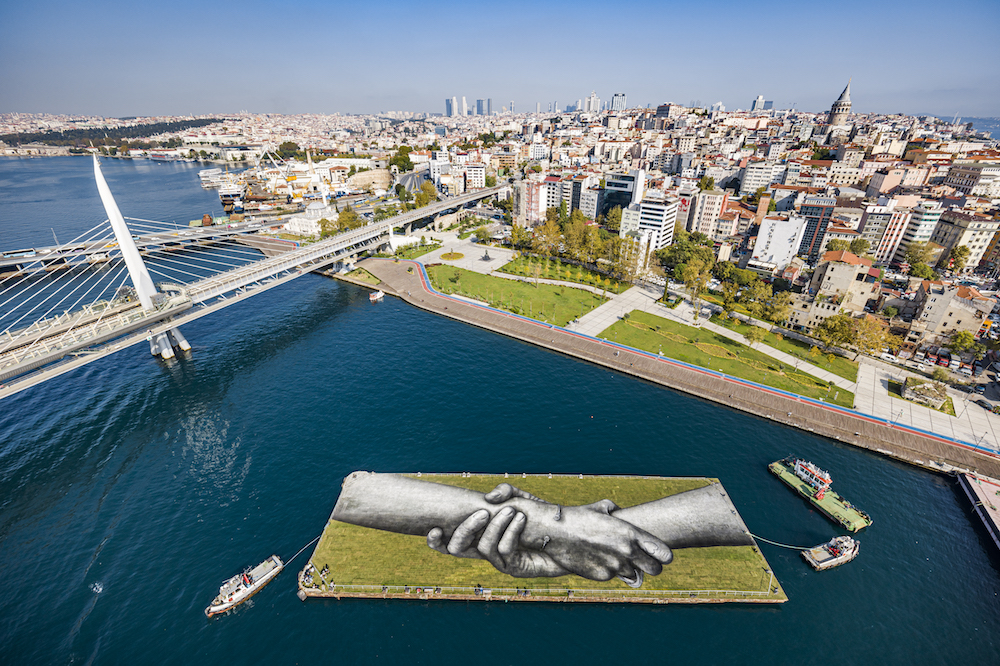 ART, LANDART, BEYOND WALLS, SAYPE, ISTANBUL, TURKEY, GREEN ART, STREET ART, CONTEMPORARY ART, URBAN ART, PAINT, GRASS, HANDS, CHAINE, HUMAINE, ENSEMBLE, TOGETHER, UNIVERSAL,