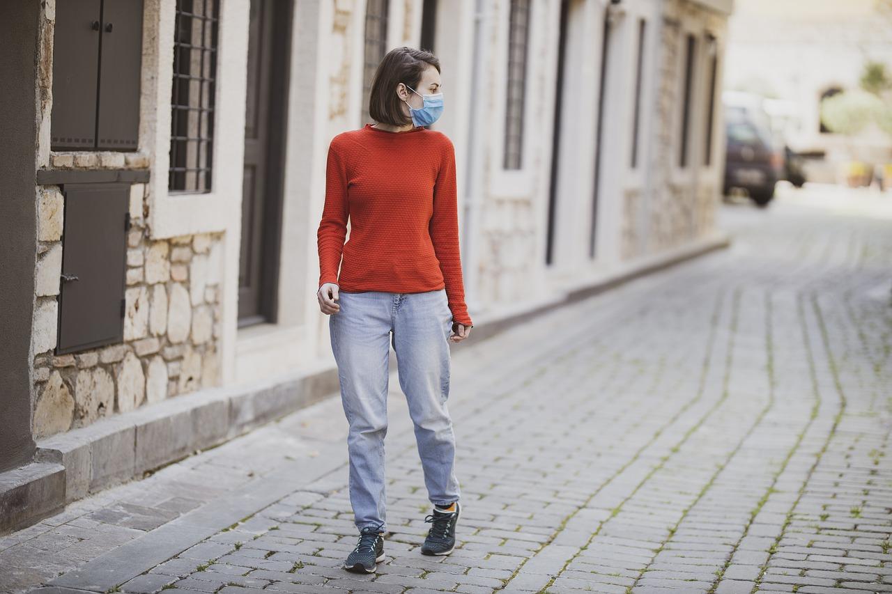 Une femme porte le masque dans la rue, pour lutter contre l'épidémie de la covid-19.