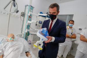 Olivier Véran étudie l'adaptation du masque de plongée, développée avec l'UTBM, pour protéger les soignants.