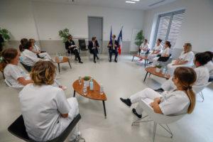 Olivier Véran a rencontré une douzaine d'infirmières et d'aide-soignantes pour écouter leurs doléances. Elles réclament notamment des moyens humains.