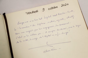 Le ministre des Solidarités et de la Santé, Olivier Véran, a laissé un mot dans le livre d'or de l'établissement.