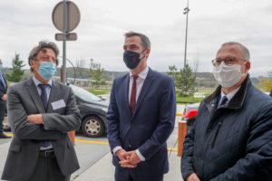 Olivier Véran (au centre) est accueilli par Pascal Mathis, directeur de l'hôpital, et Damien Meslot, président du conseil de surveillance.