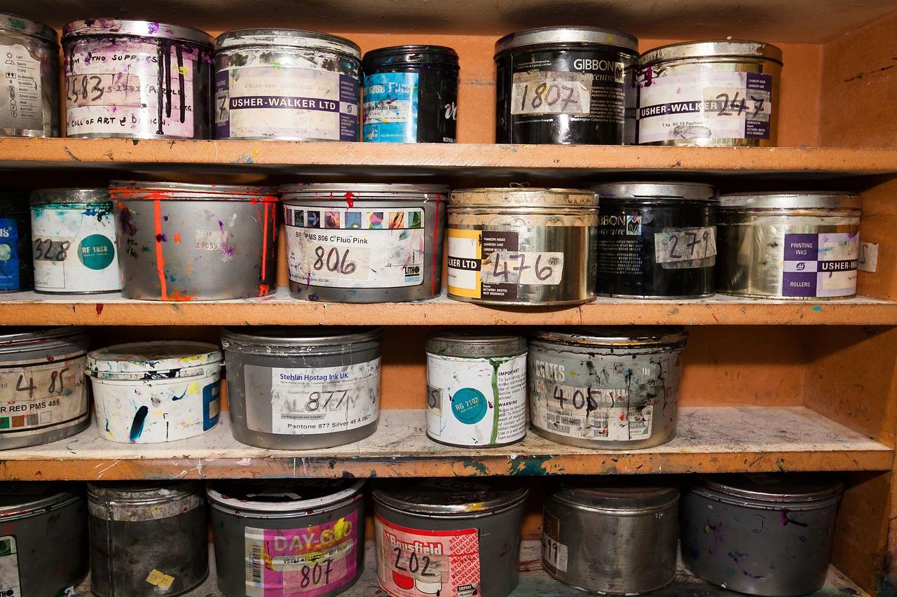 Pots de peinture / étagère / artisans.