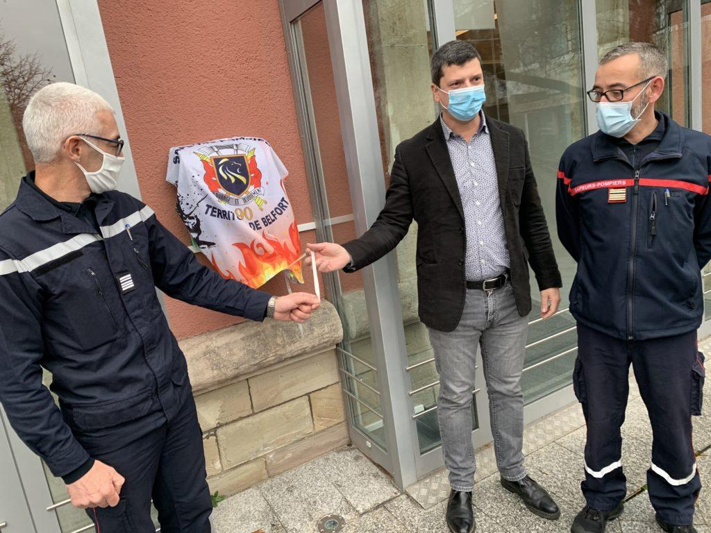 Inauguration, le 15 décembre 2020 d'un défibrillateur autonome externe, installé sur la façade de l'hôtel du Département, à Belfort. Un dispositif accompagné par les pompiers.