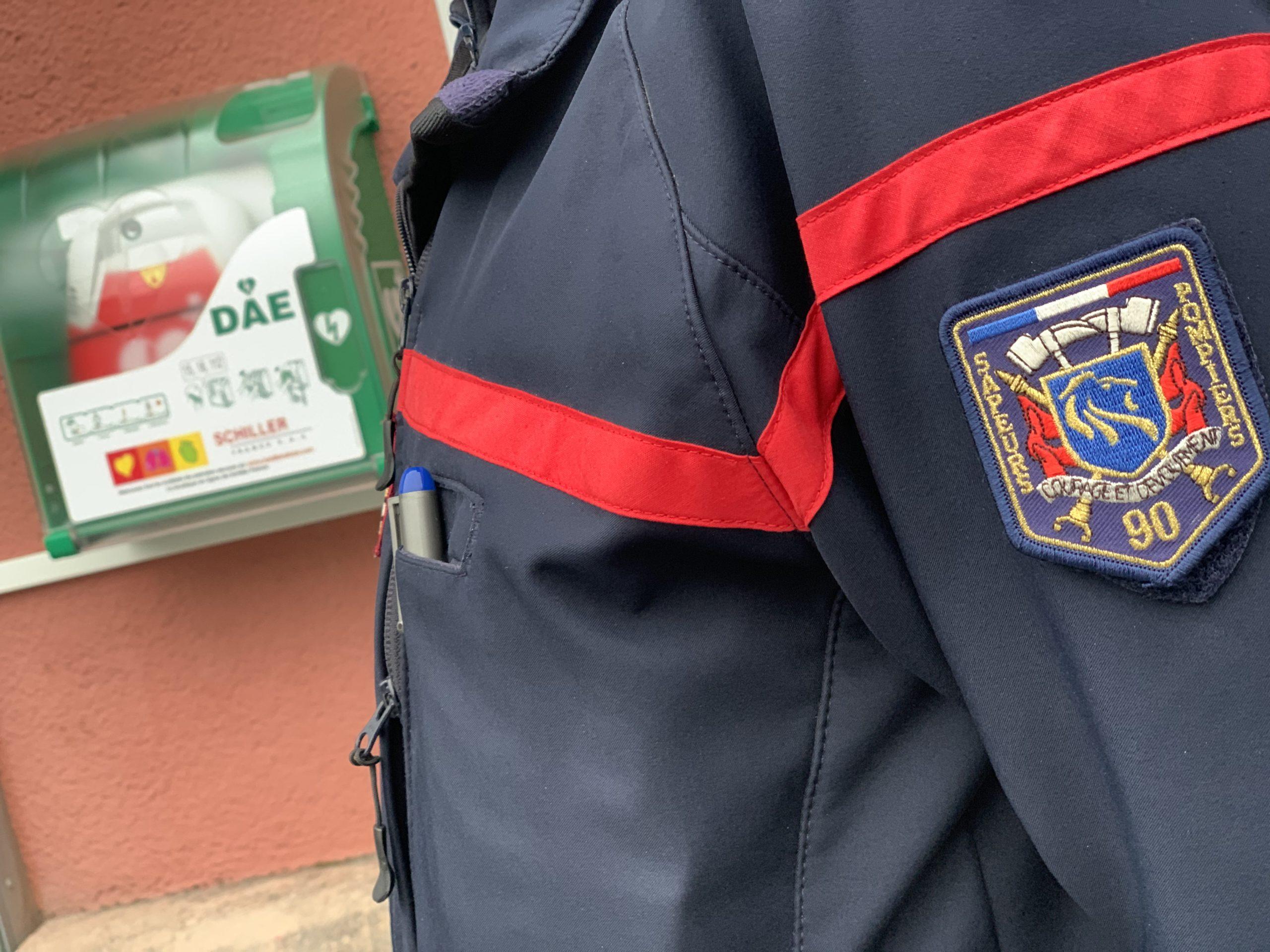 Un défibrillateur autonome externe, installé sur la façade de l'hôtel du Département, à Belfort. Un dispositif accompagné par les pompiers.