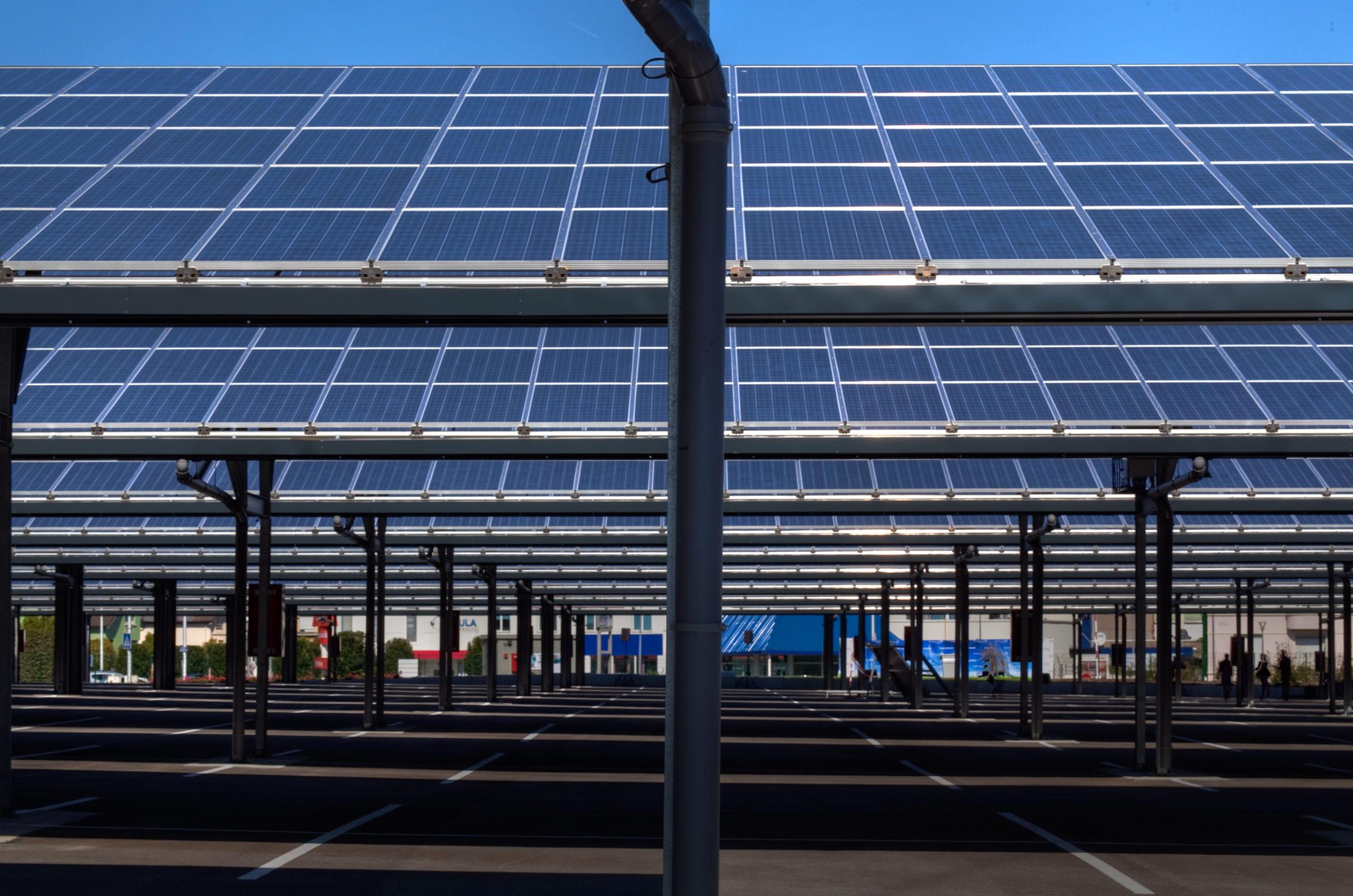 PSA installe une centrale solaire sur ses parcs d'expédition de Sochaux. En 2010, il avait installé 4800 panneaux sur un parking à proximité de l'usine. 10 fois plus de panneaux sont prévus dans le nouveau projet.