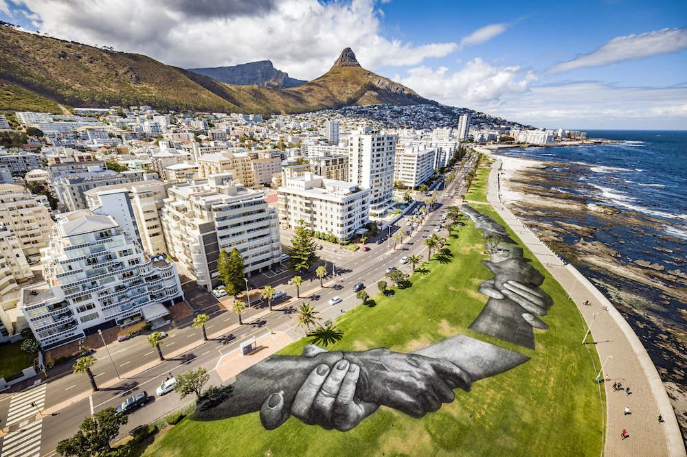 ART, LANDART, BEYOND WALLS, SAYPE, CAPE TOWN, SOUTH AFRICA, GREEN ART, STREET ART, CONTEMPORARY ART, URBAN ART, PAINT, GRASS, HANDS, CHAINE, HUMAINE, ENSEMBLE, TOGETHER, UNIVERSAL