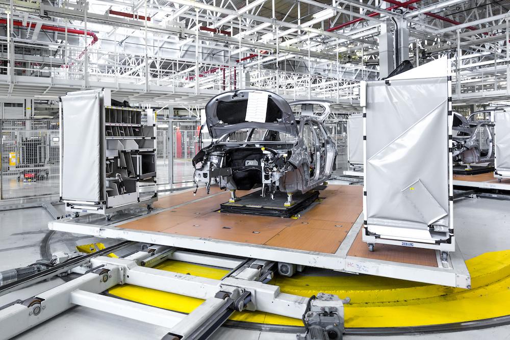 Skillet dans l'usine Stellantis de Mulhouse, pour la nouvelle ligne de montage de Sochaux.