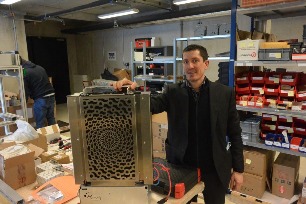 Sébastien Faivre avec l'un des groupes électrogènes construits à Belfort.
