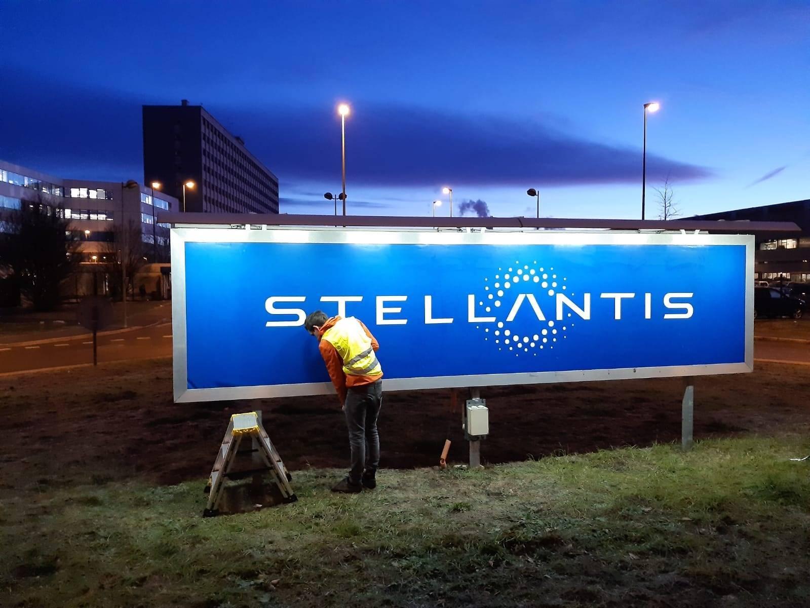Les couleurs de Stellantis installé sur l'usine de Sochaux ce mardi 19 janvier.