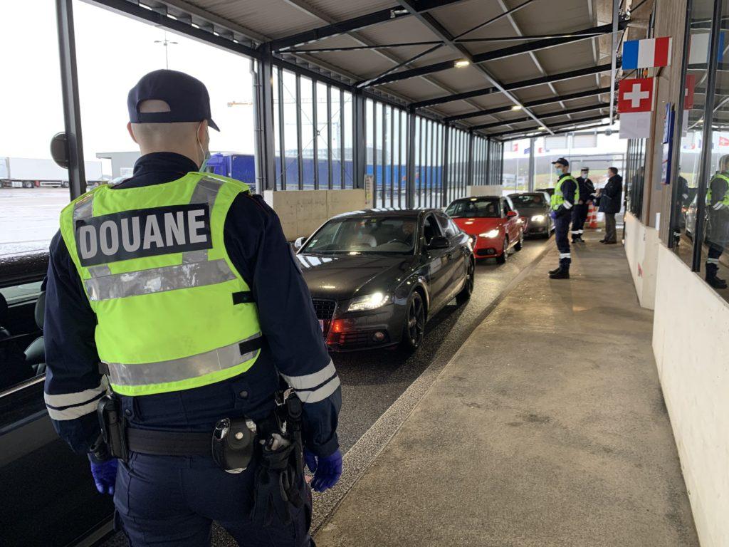 Les gendarmes mobiles travaillent en collaboration avec les services des douanes.