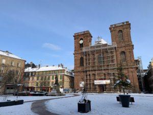 Après les deux tours, la toiture de la cathédrale Saint-Christophe est aussi rénovée. Fin des travaux en 2021.