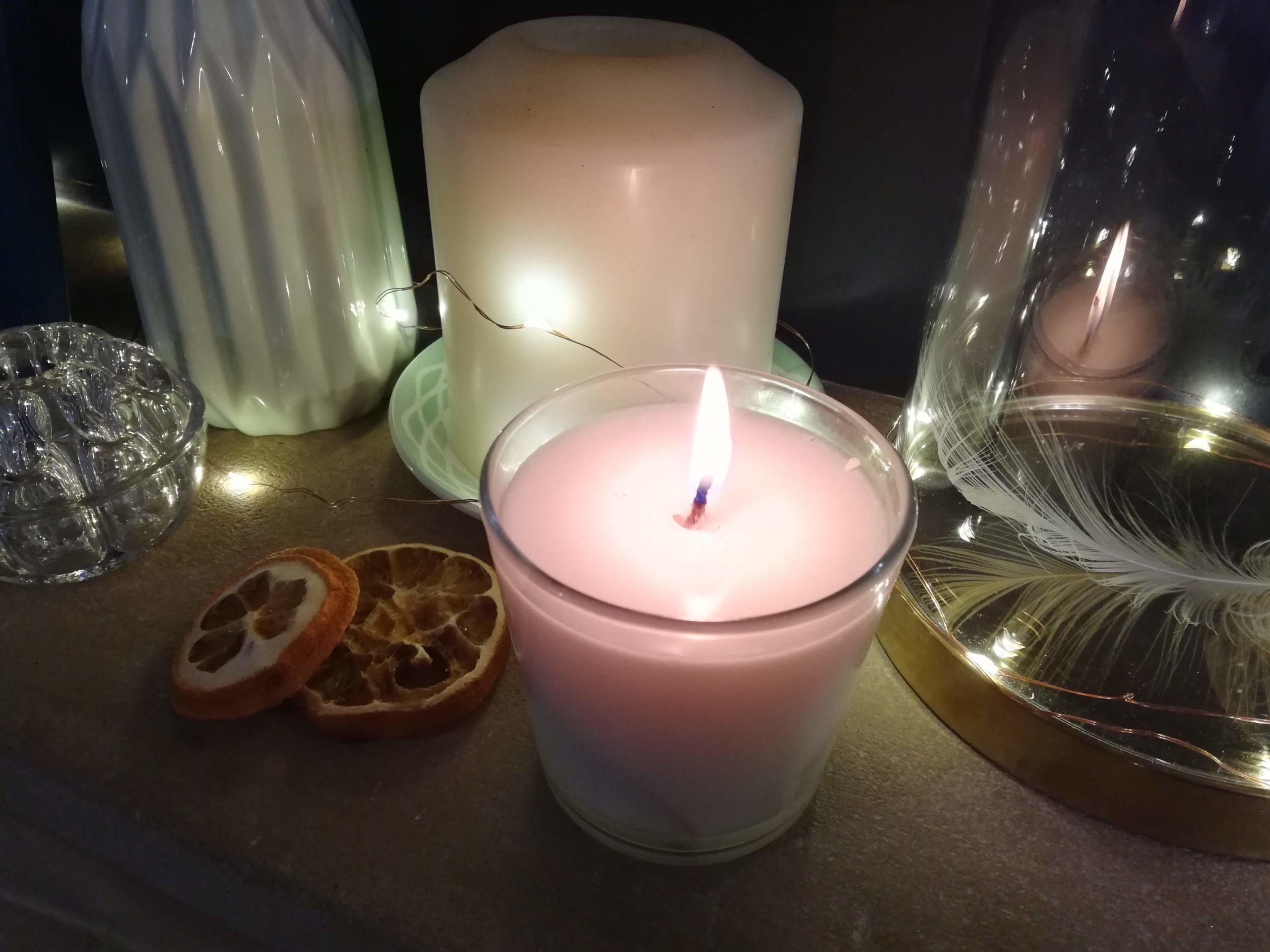 Dans sa chronique, Fleur propose de concevoir soi-même ses bougies parfumées (DIY, recette, fait maison).