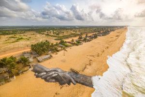 Fresque réalisée par Saype à Ouidah, au Bénin, 10e étape de Beyond walls.