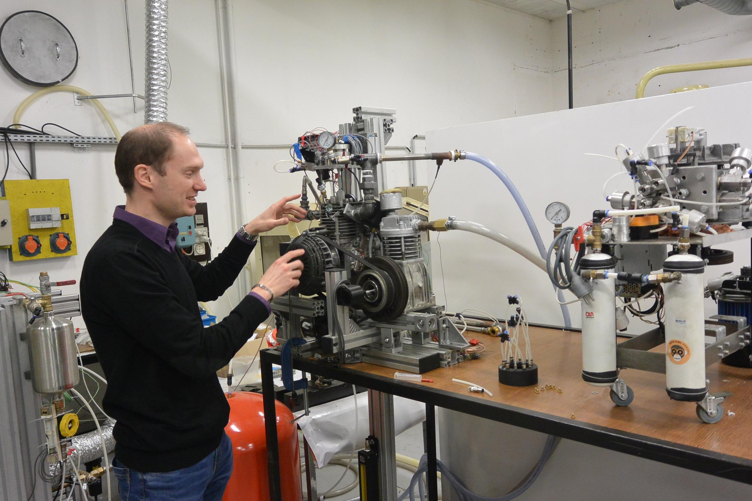Thibault Cartigny, l'un des quatre fondateurs d'Ananké, présente le moteur de récupération de chaleur en cours de commercialisation.