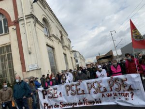 Des salariés de la branche nucléaire de General Electric à belfort ont bloqué le départ d'un rotor de turbine à vapeur et installer un campement devant la porte des Trois-Chênes, à Belfort.