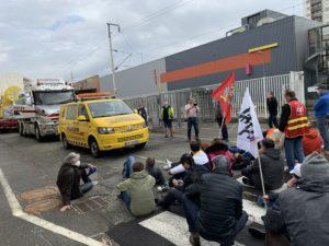 Des salariés de la branche nucléaire de General Electric, à Belfort, s'allongent pour empêcher le départ du rotor d'une turbine à vapeur.