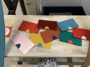 Ceintures, porte-cartes, porte-monnaie... Tous les articles en cuir de la marque Chickypop, façonnés par l'Esat de Cravanche, sont disponibles à l'achat en un clic.