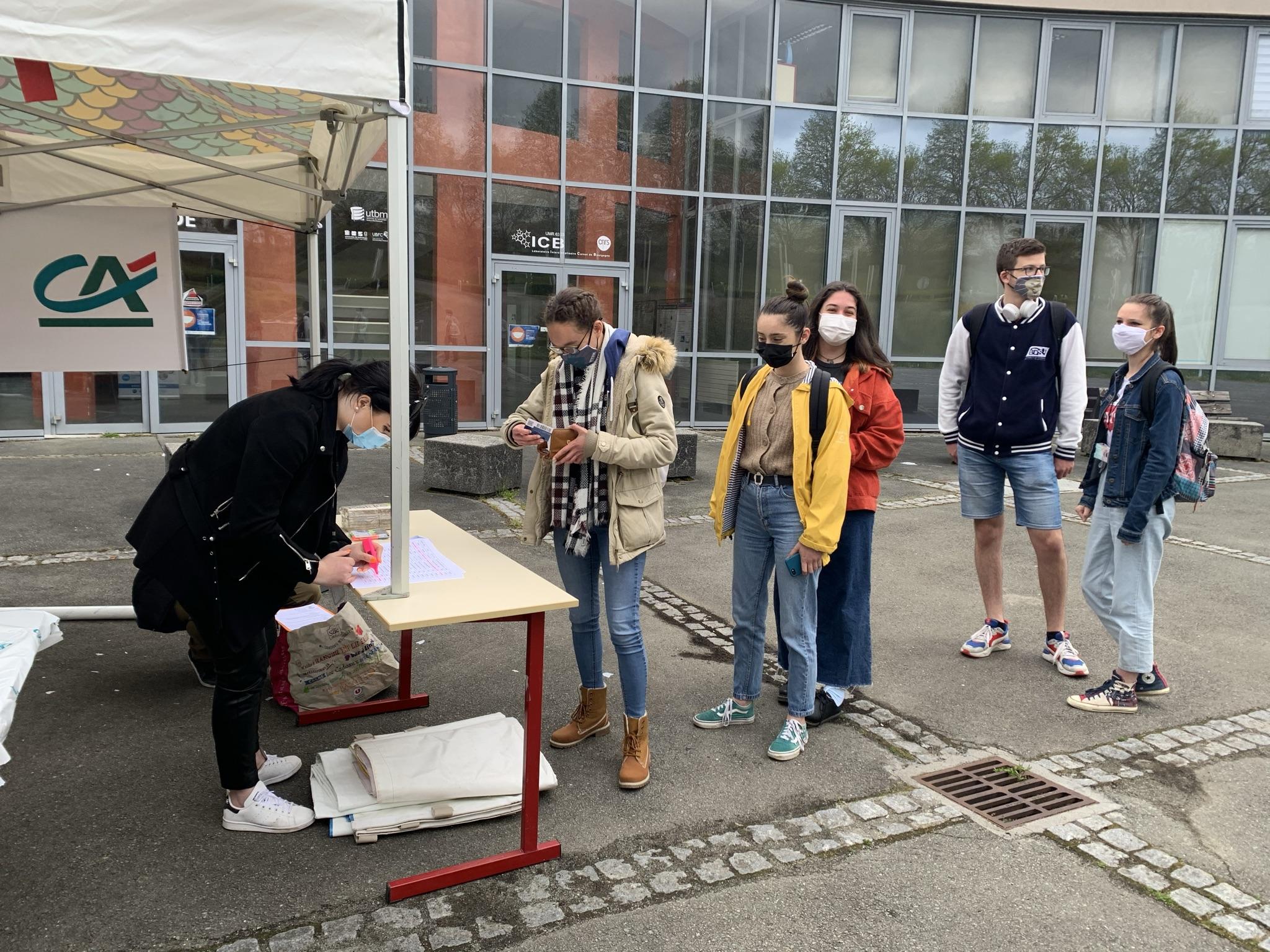 Gastronomie étudiant UTBM (Sihame Saay)Les Chefs Solidaires, collectif de chefs cuisiniers du Territoire de Belfort, ont lancé ce jeudi une nouvelle opération pour venir en aide aux étudiants du nord Franche-Comté. Ils ont distribué des paquets repas gastronomique, aux ingrédients 100 % locaux.