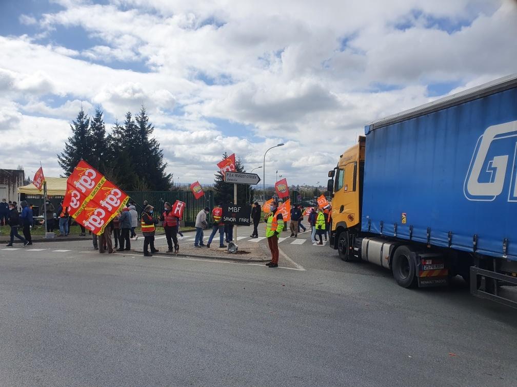 Les salariés jurassiens de MBF interpellent la direction de Stellantis à Sochaux.