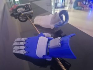 Pendant 2 jours, des étudiants ont planché sur des innovations dans le secteur du handicap, au Crunch Lab. Une main faite en 3D qui doit faciliter la vie des gens avec une malformation.