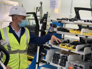 Christian Texeira, responsable de Sochaux 2022. Il présente le système des kits de montage.