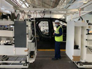 Christophe Montavon, directeur de l'usine Stellantis de Sochaux. Il présente le fonctionnement d'un Skillet, qui sera utilisé dans la nouvelle usine Sochaux 2022.