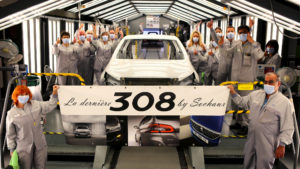 Une banderole a suivi toutes les étapes de production du dernier exemplaire de la Peugeot 308 fabriquée à l'usine Stellantis de Sochaux, du ferrage au montage en passant par la peinture.