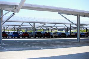 Engie Green construit une ferme solaire de 22 ha, en ombrières, sur le parking des expéditions de l'usine Stellantis de Sochaux.