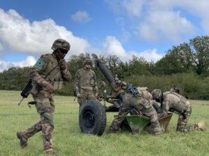 Des servants de mortier mettent en batterie un mortier de 120 mm du 1er régiment d'artillerie.
