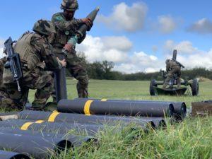 Les servants de mortier préparent les obus avant une séance de tir réel, à Valdahon.