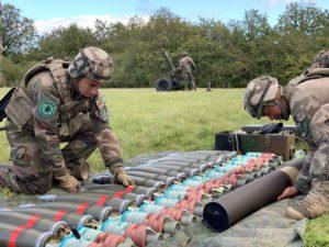 L'artificier du 1er RA prépare les obus de mortier de 120 mm, pendant Royal Black Hawk.