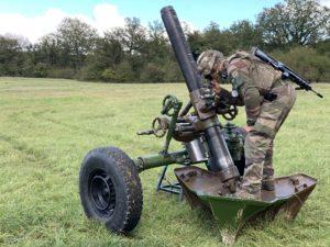 Un pointeur règle le mortier de 120 mm du 1er régiment d'artillerie de Bourogne.