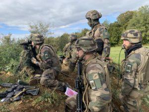 Des artilleurs de l'avant observent l'efficacité des tirs de mortier et apportent des corrections.