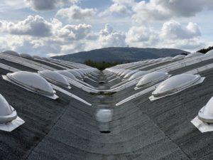 Le toit du hangar des Eurockéennes de Belfort, à Sermamagny, d'inspiration Le Corbusier, avec vue sur la chaîne des Vosges et le Salbert.
